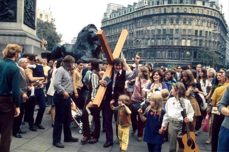 Một nhóm thành viên mang cây thánh giá và nhạc cụ tới biểu diễn ở quảng trường Trafalgar, Lon Don, Anh năm 1971.