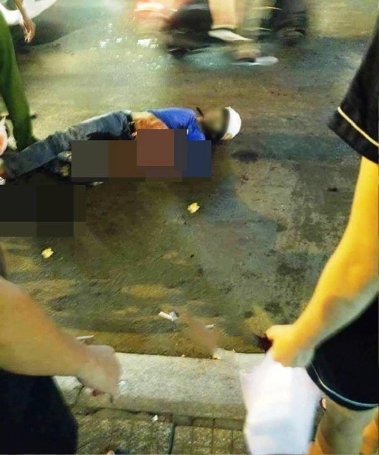 """Một """"hiệp sĩ"""" Tân Bình bị băng cướp đâm tối 13/5. Ảnh: Người lao động."""
