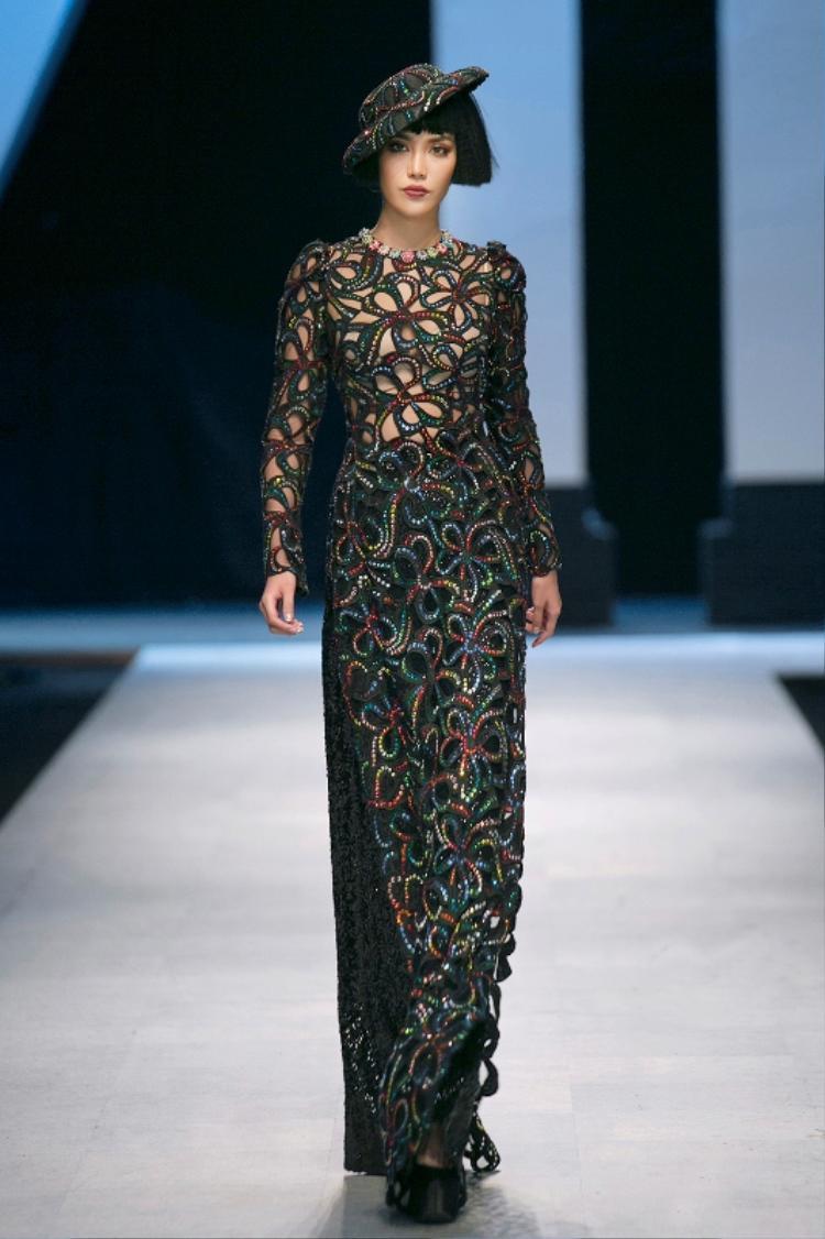 Còn tà áo dài ma mị Bích Phương chưng diện là một sáng tạo của Công Trí, từng được Lan Khuê trình diễn trước đó.
