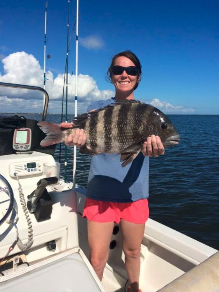 Pamela với con cá đầu cừu bắt được.