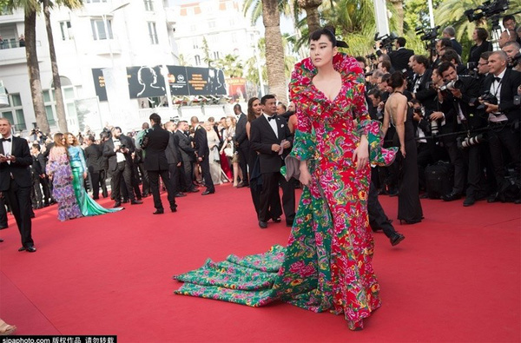 Khi nghệ sỹ vô danh Trung Quốc bỏ ra hàng trăm triệu đồng mua vé mời dự Cannes chỉ để đi dạo thảm đỏ
