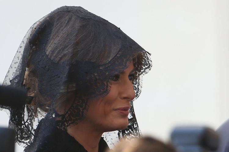 Sau bà Jaqueline Kennedy, bà Melania Trump là Đệ nhất phu nhân thứ hai của nước Mỹ theo Công giáo. Đây là tôn giáo phổ biến ở Slovenia, quê hương bà Melania. Điều này khiến chuyến công du của vợ chồng bà tới Vatican gặp Đức Giáo hoàng hồi tháng 5 năm ngoái có ý nghĩa hết sức đặc biệt.