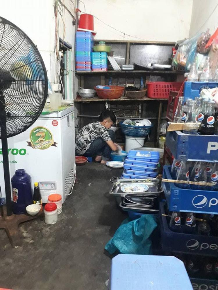 Chuyện về cậu bé 15 tuổi tỉnh lẻ lên Hà Nội khom lưng rửa cả núi bát đĩa để nuôi em khiến dân mạng xúc động