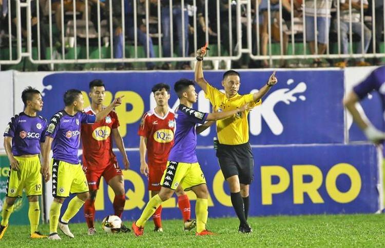 Thành Lương bị chỉ trích vì chửi trọng tài ở sân Pleiku. Ảnh: Đình Viên