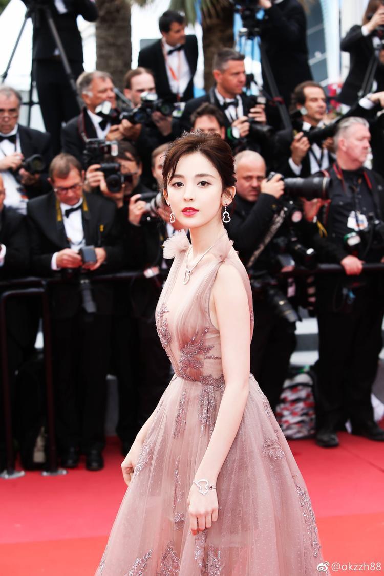 Cư dân mạng đồng loạt trúng 'Bùa yêu' khi ngắm nhìn Cổ Lực Na Trát đẹp tựa tiên nữ tại Cannes 2018