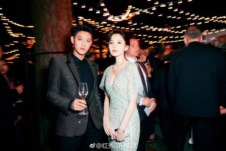 Cô gặp gỡ Hoàng Tử Thao tại sự kiện.