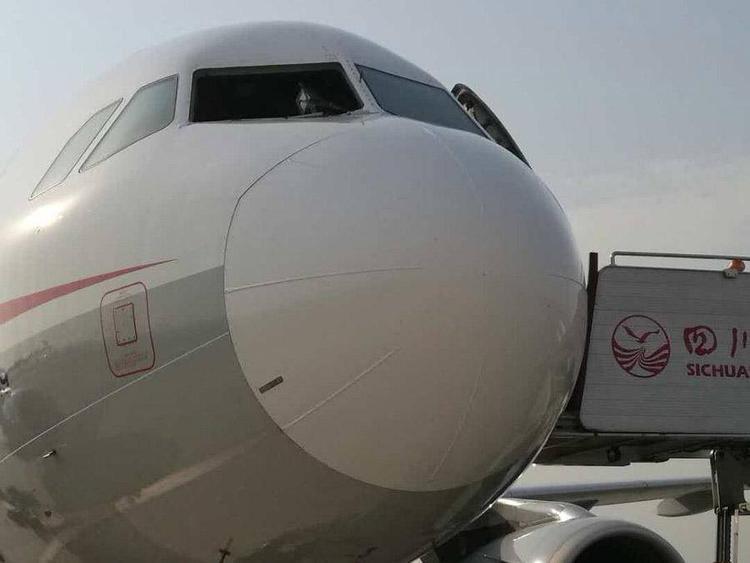 Kính chắn gió của phi cơ bị thổi bay trên không. Ảnh: Weibo