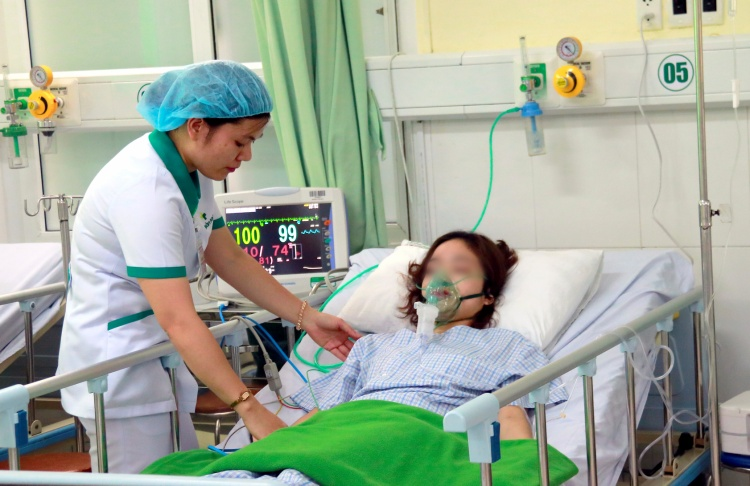 Một nữ du khách gặp nạn đang được chăm sóc tích cực tại bệnh viện.