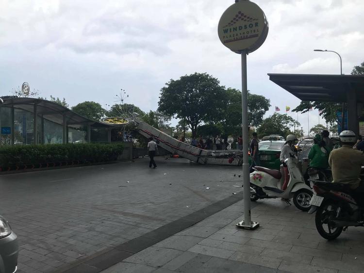 Cơn gió lớnđã quật ngã cổng chào, lá chắn trên phố đi bộ Nguyễn Huệ.
