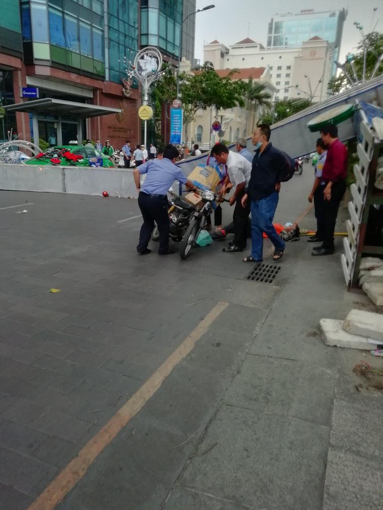Người dân xung quanh nhanh chóng chạy đến giúp đỡ người bị nạn và gọi cho lực lượng chức năng.