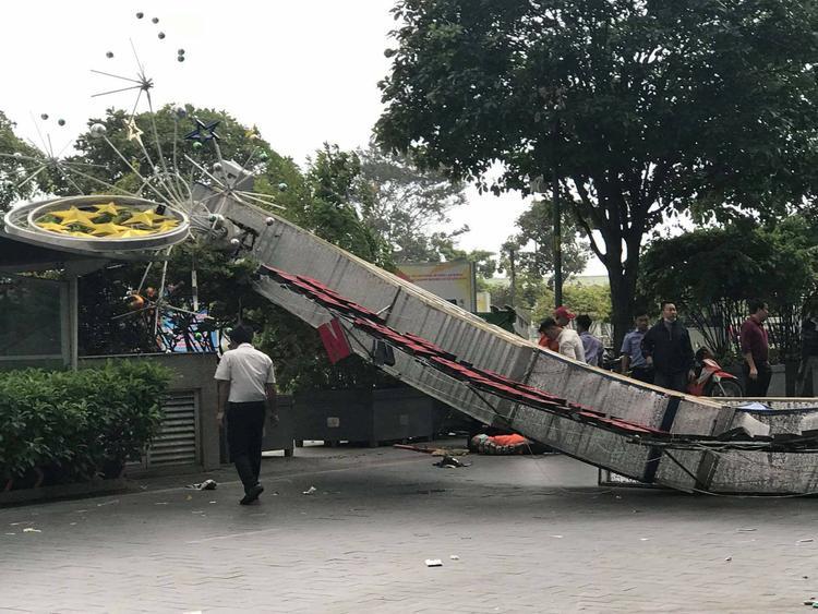 Một phần cổng chắn ngang đường Nguyễn Huệ làm ách tắc giao thông.