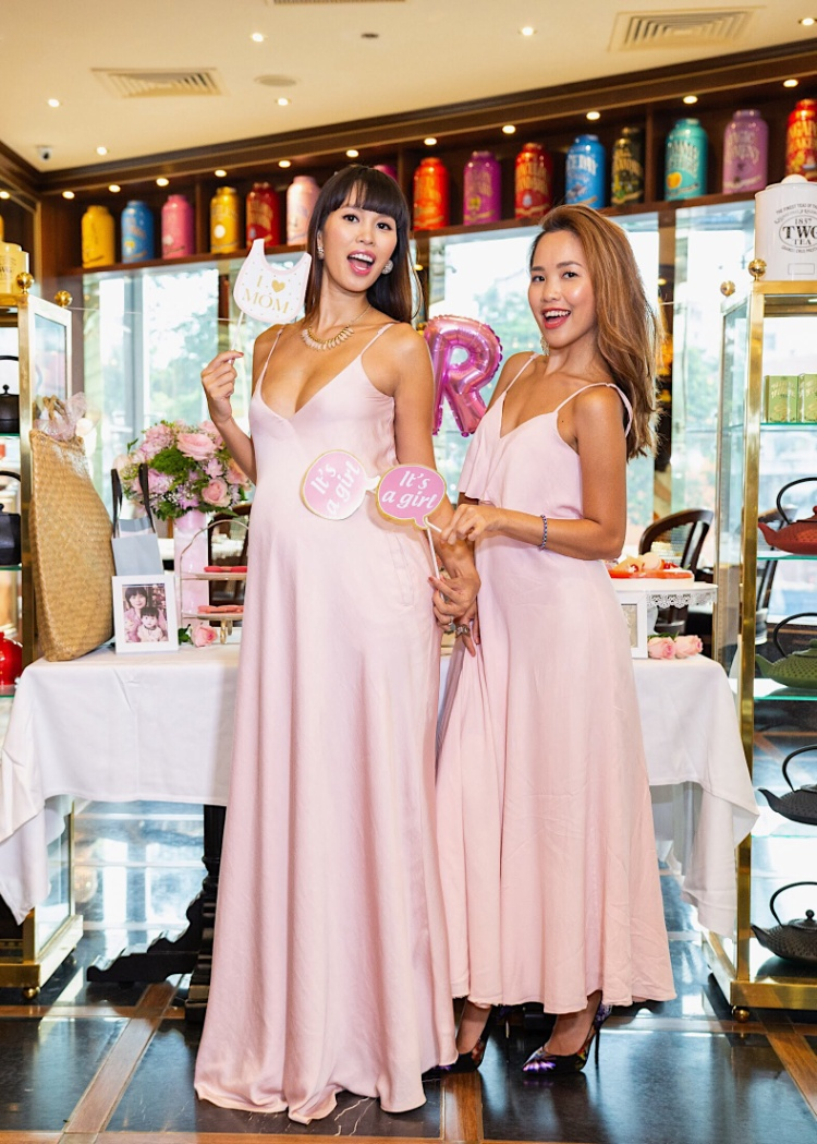 Siêu mẫu Hà Anh ngọt ngào và quyến rũ trong chiếc đầm hai màu hồng nữ tính khoe khéo vòng một đầy đặn trong đêm tiệc toàn sắc hồng ấm cúng.