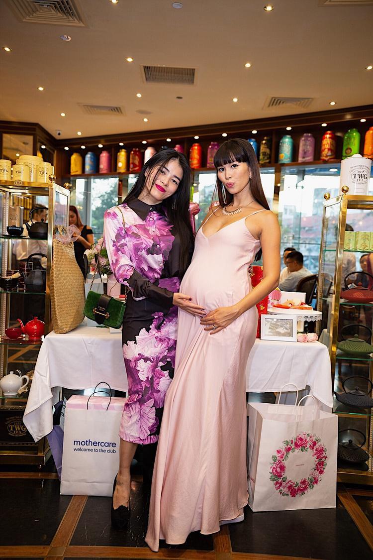 Ở tháng thứ 8 của thai kỳ, Hà Anh thừa sức nóng bỏng khi diện váy hai dây hững hờ.