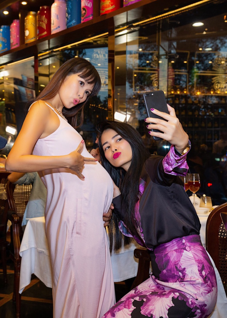 Có thể nói, Hà Anh là một những bà bầu quyến rũ nhất Việt Nam. Người đẹp cũng được xếp vào hàng mỹ nhân được chồng chiều chuộng bậc nhất trong showbiz.