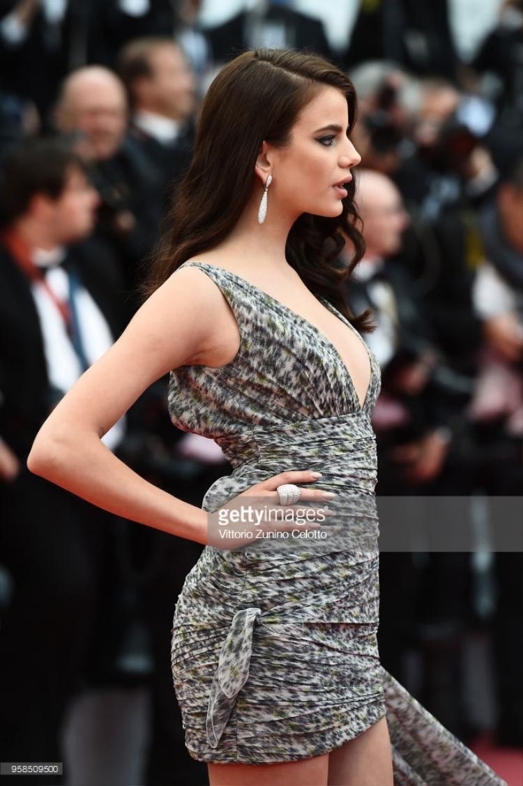 Bộ váy của Sonia Ben Ammar hết sức giản dị.