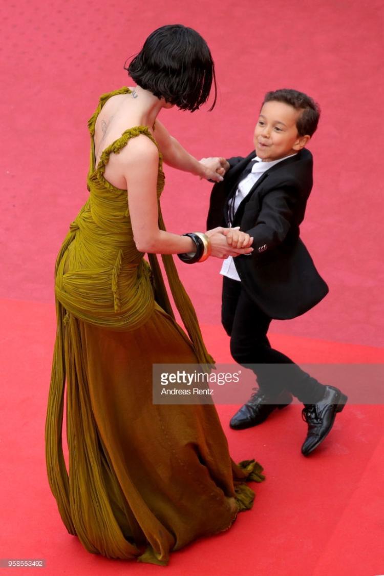 """Diễn viên của phim """"Climax"""" vui đùa, nhảy múa trên thảm đỏ."""