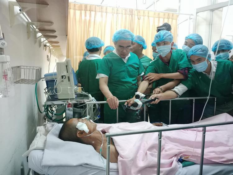 """Bí thư Thành Uỷ Nguyễn Thiện Nhân thăm hỏi """"hiệp sĩ"""" Hoàng đang được tích cực điều trị tại bệnh viện."""