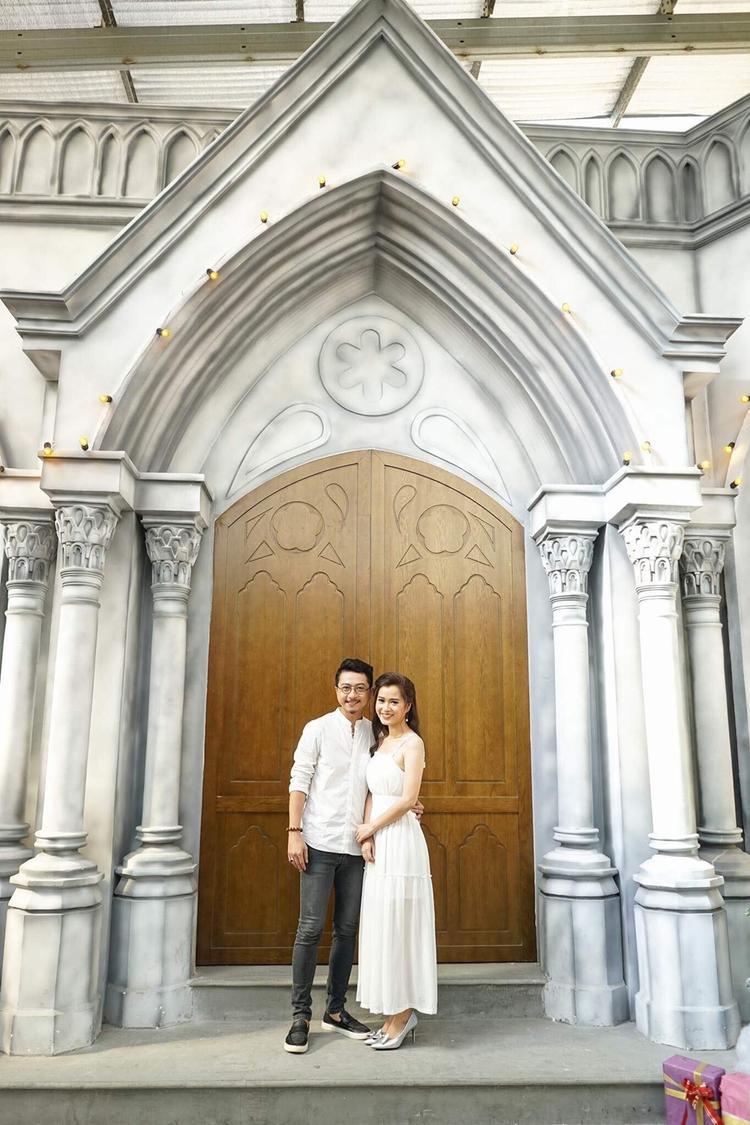 Hẹn hò được hơn một năm, cặp đôi quyết định tiến tới hôn nhân.