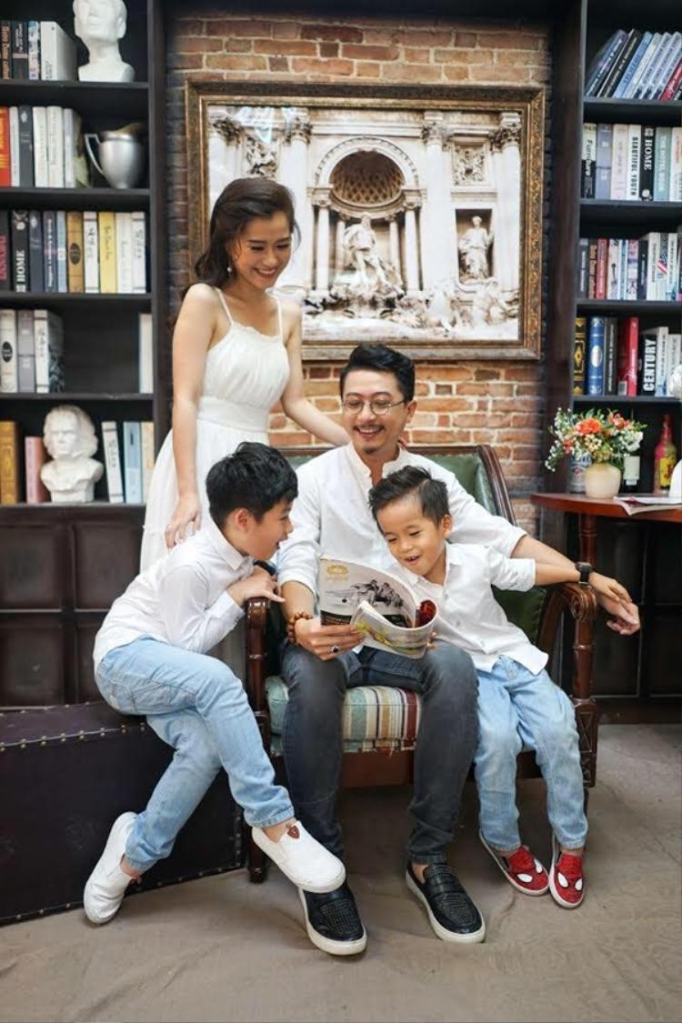 """Đã 8 năm kể từ ngày Lâm Vỹ Dạ - Hứa Minh Đạt về chung một nhà, cặp đôi diễn viên hài chọn cách lao động nghệ thuật """"có tâm"""", nỗ lực hết mình với công việc nhưng vẫn cố gắng duy trì hạnh phúc và giữ lửa tình yêu."""