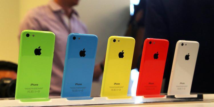 Apple từng khiến người dùng bất ngờ khi ra mắt iPhone 5c với vỏ nhựa và màu sắc khá trẻ trung.