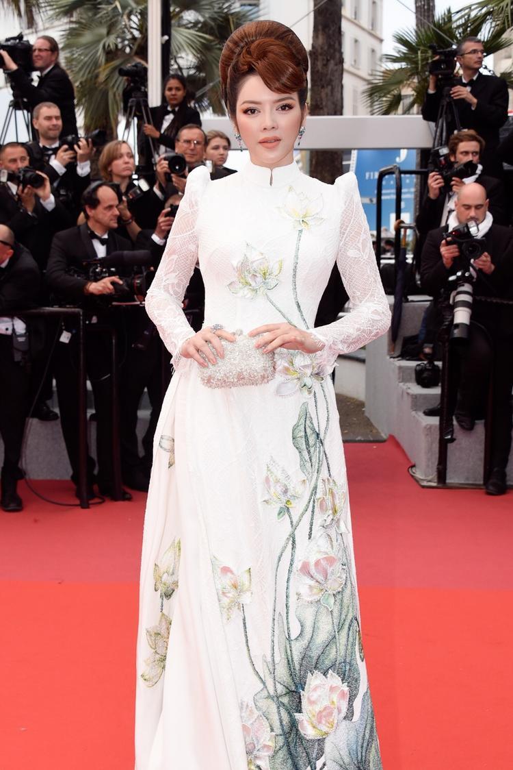Không phải váy áo cầu kỳ, nữ diễn viên - nhà sản xuất Lý Nhã Kỳ chọn tà áo dài Việt cho thảm đỏ ngày thứ 7.