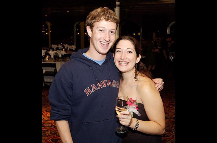 Trong tấm hình được ghi lại vào năm 2006 này, Mark đang ôm chị gái mình, Randi, người đứng đầu mảng marketing khách hàng và hoạt động xã hội của Facebook.