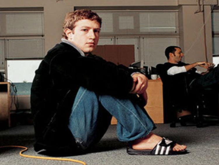 Mark Zuckerberg là một con người giản dị. Anh thậm chí còn tưng đi một chiếc dép cao su tương tự như thế này lên sân khấu sự kiện F8, sự kiện thường niên của Facebook dành cho giới lập trình.