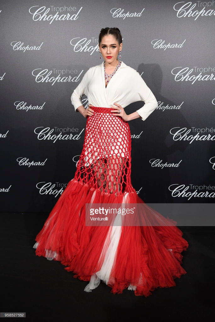 Cannes ngày 7: Chompoo Araya liên tục thay xiêm y, Vương Nguyên  Hề Mộng Dao chụp 10 tấm biểu cảm như 1