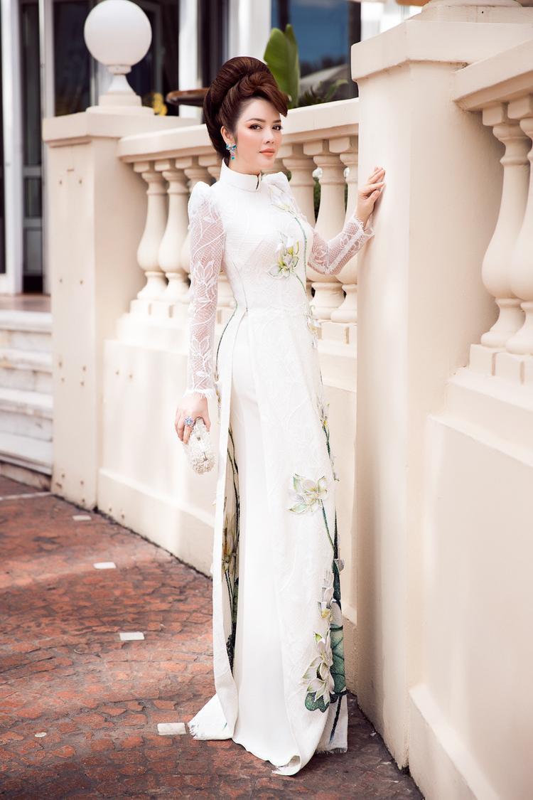 Một thiết kế áo dài tinh tế từ ý tưởng đến chất liệu, vô cùng thu hút và hài hòa trong mọi góc nhìn. Những khung hình cho thấy cựu Đại sứ Du lịch luôn thật nổi bật trên thảm đỏ.