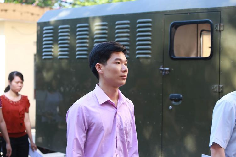BS Hoàng Công Lương có mặt tại tòa.