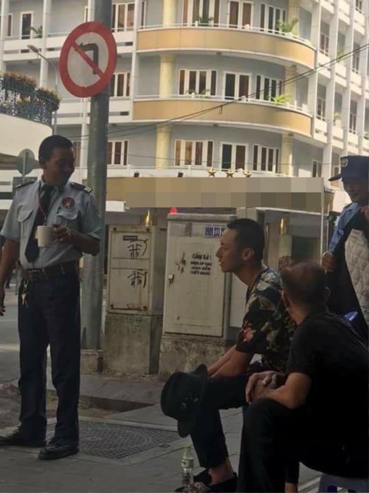 Rocker Nguyễn xuất hiện với hình ảnh đầu cạo sát tại trung tâm TP.HCM.
