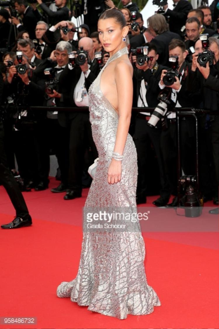 Chiếc váy gợi cảm khoe khéo vòng 1 của nữ siêu mẫu.