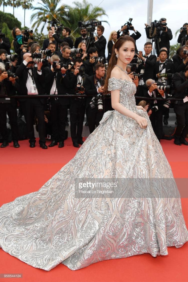 Quỳnh Hương trên thảm đỏ Cannes dưới ống kính của nhiếp ảnh gia quốc tế.