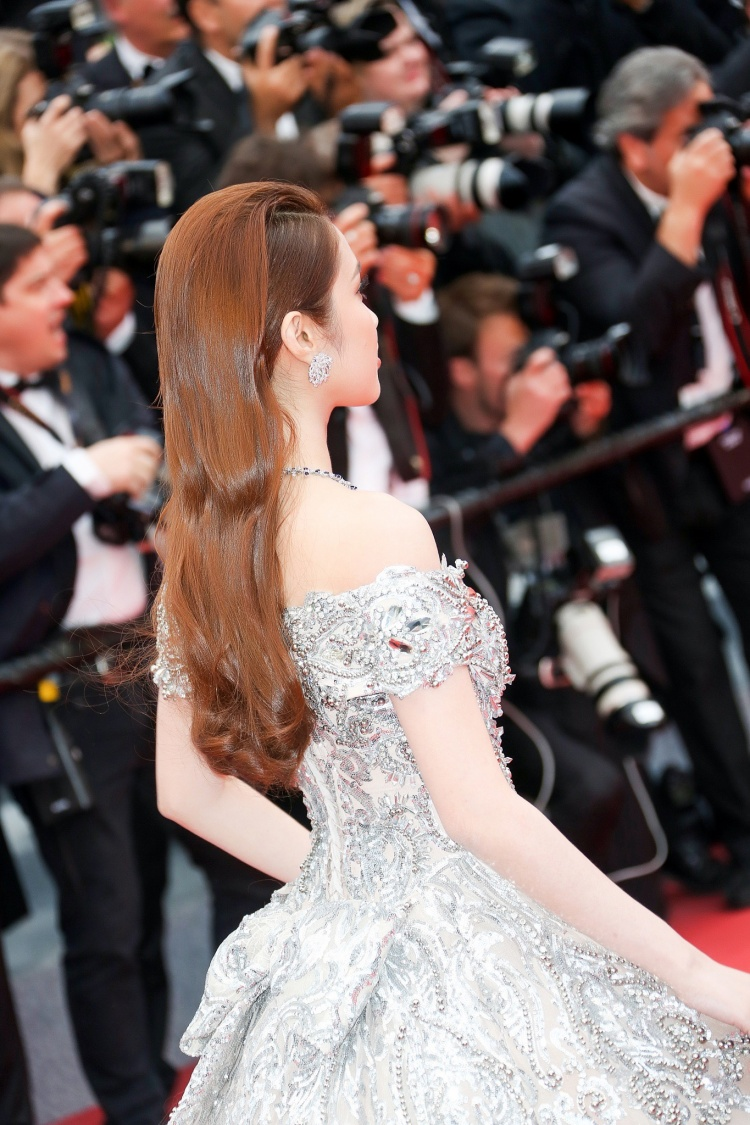Quỳnh Hương đeo trang sức 30 tỷ đồng, diện váy công chúa khoe dáng cùng siêu mẫu Bella Hadid tại Cannes