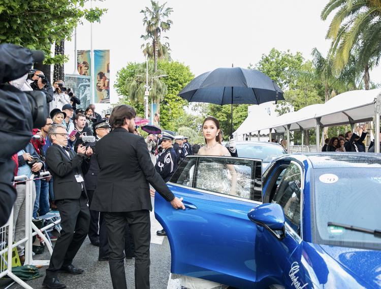 Nữ diễn viên có xe đưa đón riêng của thương hiệu đồng hồ, trang sức cao cấp.