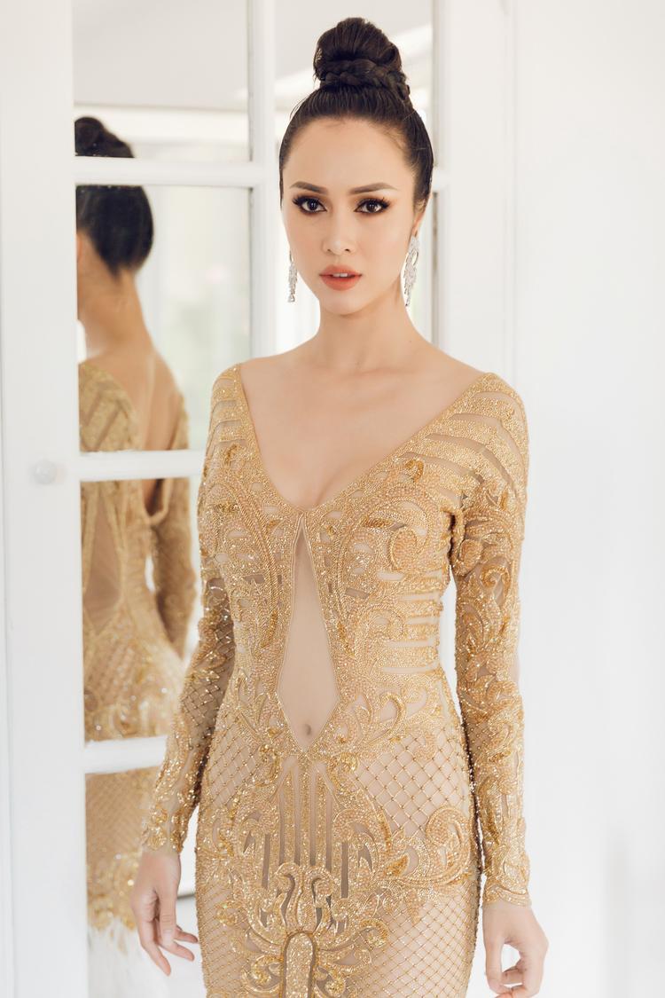 Bộ đầm được đính đá tỉ mỉ giúp Vũ Ngọc Anh nổi bật trên thảm đỏ. Với điểm nhấn là phần chân váy được đính lông vũ màu trắng càng làm tăng độ thướt tha và sexy cho nữ diễn viên.