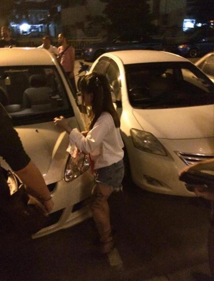 Cô gái bình tĩnh thuật lại sự việc cho cảnh sát. Ảnh: Bastillepost.com