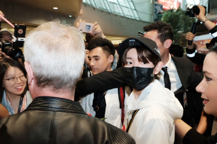 Đại diện cho hai thương hiệu lớn tới Cannes 2018, Vương Nguyên được ký giả quốc tế săn đón từ sân bay