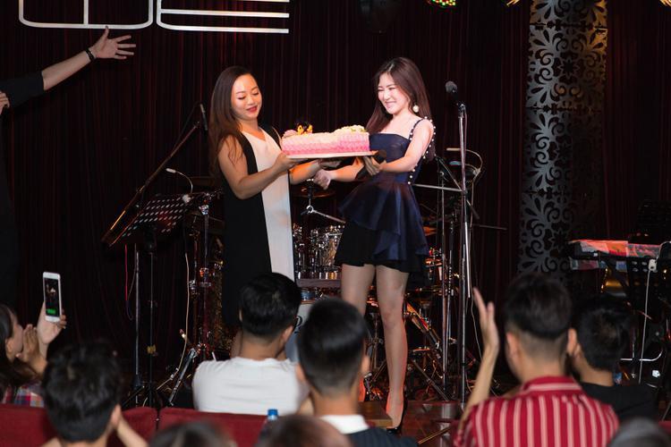 Chiều 14/5, Hương Tràm có buổi offline cùng người hâm mộ vô cùng ấm cúng và thân mật nhân dịp sinh nhật tuổi 23.