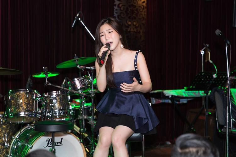 Tại đây, người hâm mộ được nghe nữ ca sĩ trình diễn nhiều ca khúc đình đám, gắn liền với tên tuổi trong suốt thời gian qua.