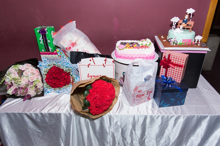 Fan đã chuẩn bị bánh và quà để chúc mừng sinh nhật giọng ca Em gái mưa.