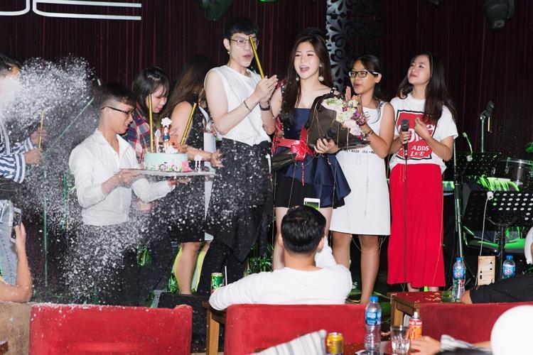 Nữ ca sĩ không giấu được niềm vui sướng khi được mọi người tổ chức sinh nhật.