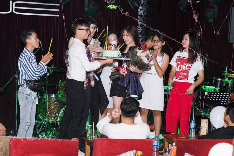 Cựu HLV Giọng hát Việt nhí hạnh phúc trong vòng tay của người hâm mộ.