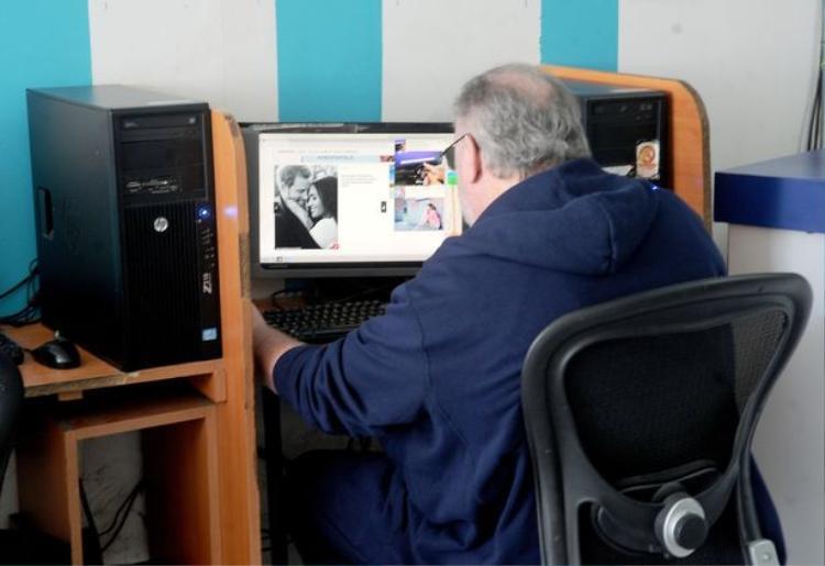 Bức ảnh ông Markle đang ngồi tìm kiếm thông tin về con gái và con rể.