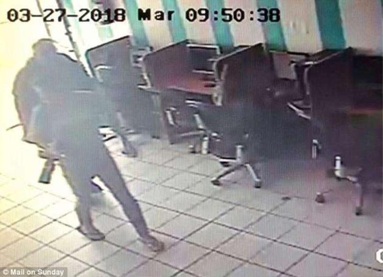 Hình ảnh do camera ghi lại cho thấy ông Markle bước vào quán cafe cùng một nhiếp ảnh gia.