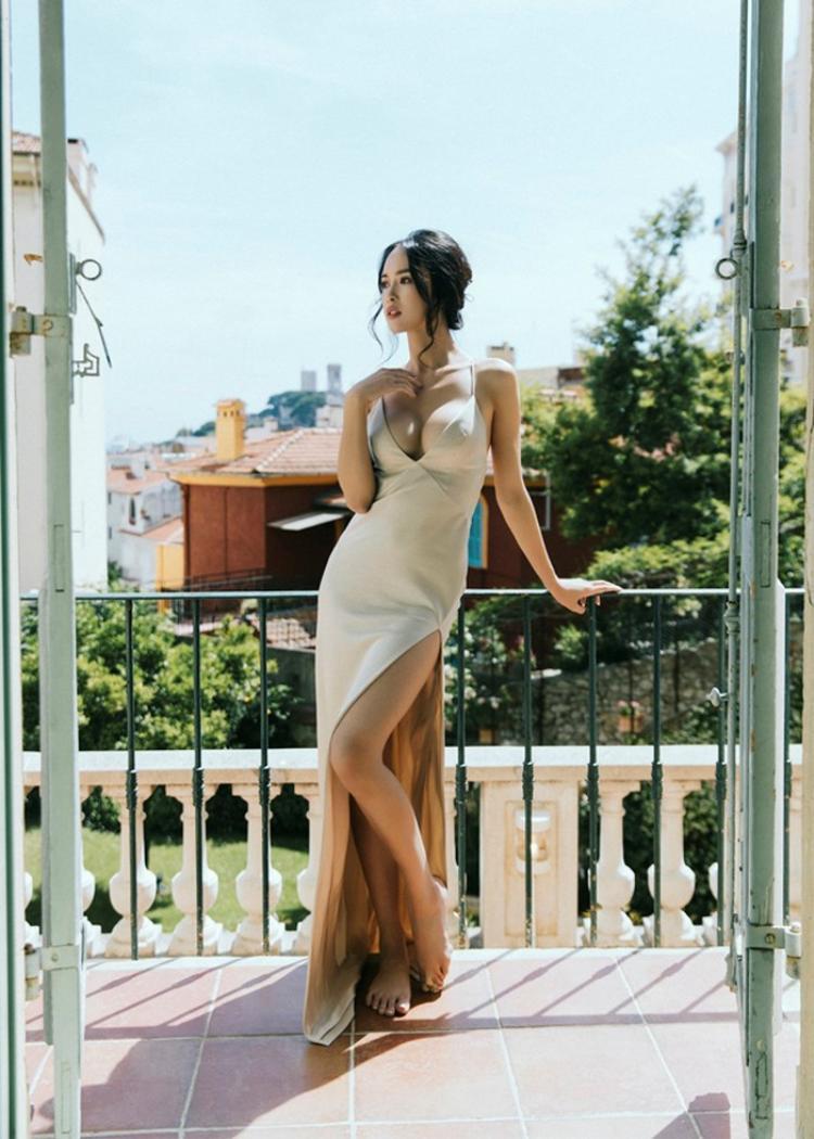 """Sở hữu thế mạnh về hình thể với những đường cong chuẩn từng centimet, Ngọc Anh luôn tận dụng tối đa mọi cơ hội để """"lăng xê"""" vòng 1 của mình bằng loạt váy áo cắt xẻ sexy, táo bạo."""
