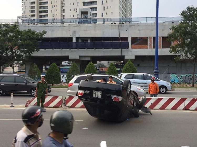 Tài xế bò ra khỏi xe rời khỏi hiện trường.