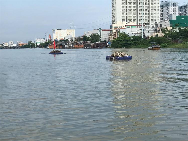 Chiếc ghe nhanh chóng chìm hẳn xuống sông.