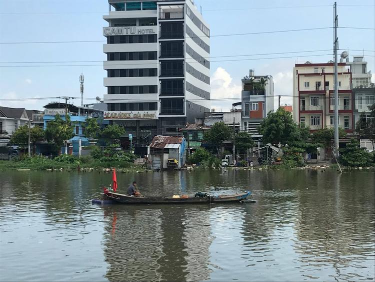 Ghe hơn 100 tấn chìm ở kênh Sài Gòn, 3 người bơi vào bờ thoát chết