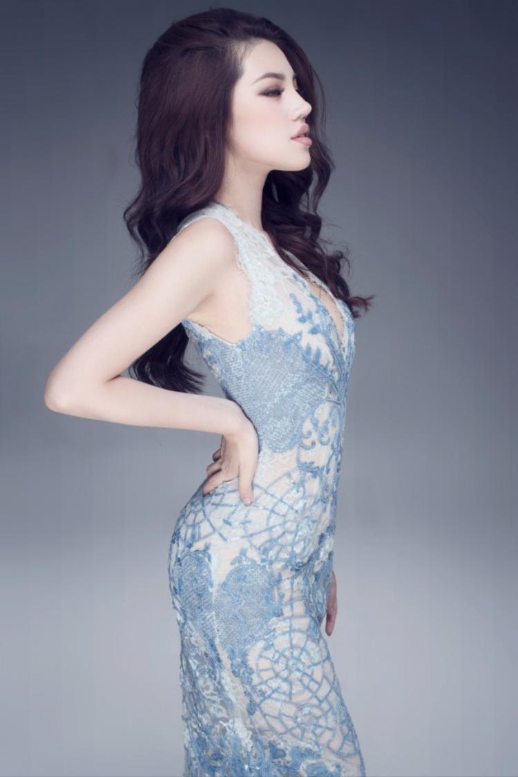 Hoa hậu Jolie Nguyễn cho rằng hành động chào hỏi bằng cách vỗ mông là vô cùng bất lịch sự, phản cảm và không tôn trọng các nữ nghệ sĩ. Nếu gặp trường hợp như vậy, Jolie sẽ buộc người đó xin lỗi ngay lập tức chứ không dùng bạo lực.